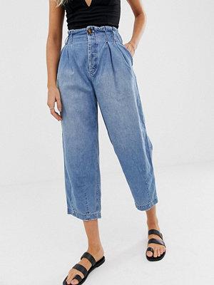 Free People Veckade jeans i morotsmodell med hög midja Himmel