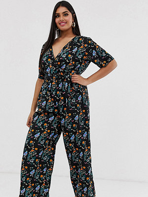 Yumi Plus Jumpsuit med omlottdesign och blommigt mönster