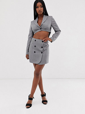 ASOS DESIGN Kritstrecksrandig kostymkjol med extremt hög midja och knappar Kristrecksrandig