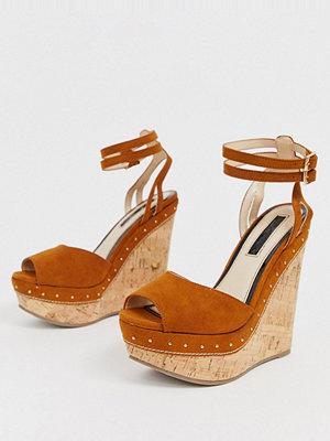 Miss Selfridge Bruna sandaler med kilklack