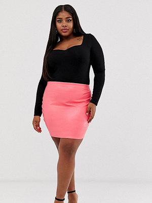 PrettyLittleThing Plus Rosa kjol i läderlook