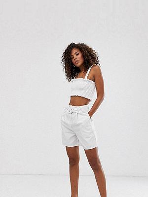 Asos Tall Vita jeansshorts i culotte-modell med skärp