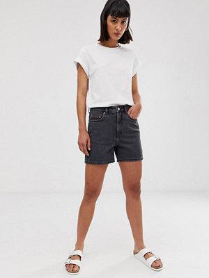Weekday Svarta jeansshorts med vida ben i längre längd Nattsvart