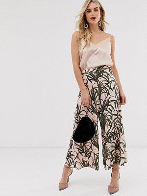 ASOS DESIGN Culotte-byxor med utsvängda benslut och botaniskt tryck Blommigt