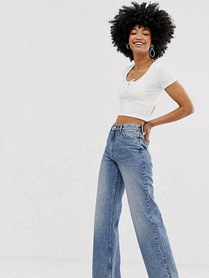 Monki Yoko Blå vida jeans i ekologisk bomull Mellanblå