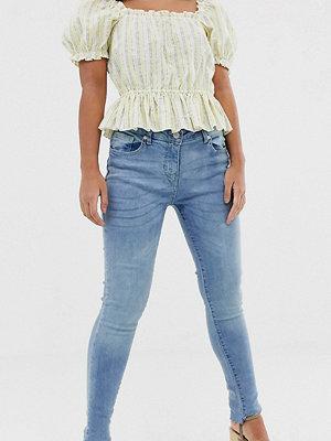 Parisian Petite Jeans med asymmetrisk nederkant