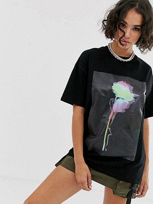 ASOS DESIGN T-shirt i oversize-modell med glansigt rostryck