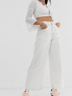 Reclaimed Vintage Vintageinspirerade vida 92-tals jeans Écru