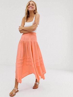 ASOS DESIGN Asymmetrisk pirat-kjol i maxilängd med ojämn fåll Sliten orange färg