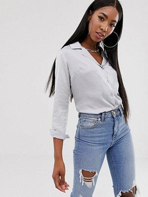ASOS DESIGN Långärmad satinskjorta i avslappnad modell
