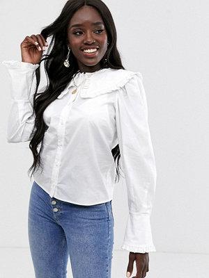 ASOS DESIGN Långärmad bomullsskjorta med volangkrage