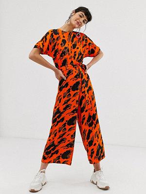 ASOS DESIGN Djurmönstrad jumpsuit med kort ärm och knytning i midjan Red animal