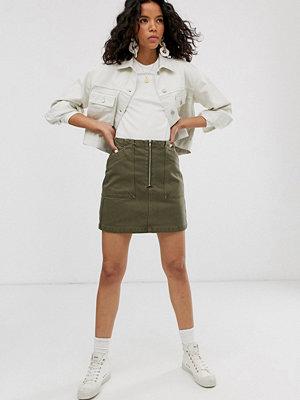 Weekday Kakifärgad jeanskjol i minimodell med dragkedja och fickor i oversize Kakifärgad