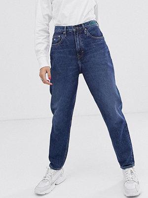 Tommy Jeans Mom jeans med hög midja i hållbart material Save mid blue