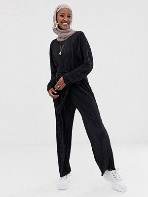 ASOS DESIGN Plisserad långärmad jumpsuit med knut fram Svart