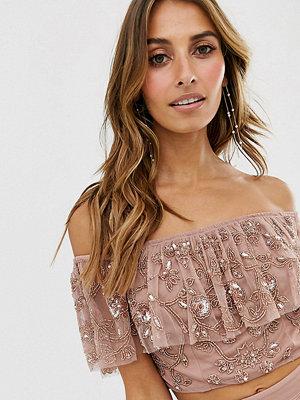 Maya Lila utsmyckad crop top i off shoulder-modell med volang Mörklila