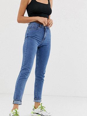 """Noisy May Tall Jeans i """"mom""""-modell som smalnar av vid vristen"""