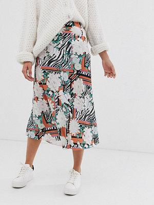 ASOS DESIGN Diagonalskuren kjol med djur och blommönster samt utsvängd nederkant Animal floral print