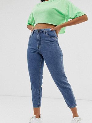 Noisy May Petite Ankellånga mamma-jeans med kontrasterande sömmar
