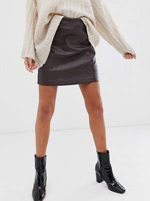 New Look Brun minikjol med synliga sömmar i PU Mörkbrun