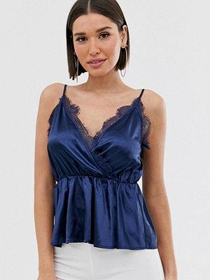 PrettyLittleThing Marinblått peplum-linne i satin med smala axelband och spetskant