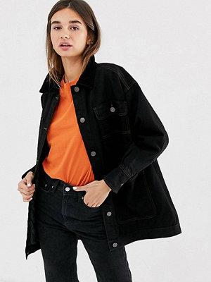 Monki Svart quiltad jeansjacka i longline med manchesterkrage