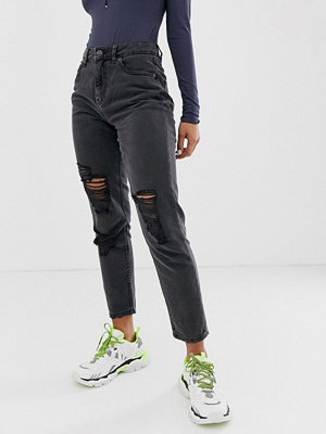 """Noisy May Svarta jeans i """"mom jeans""""-modell med slitna partier Svart"""