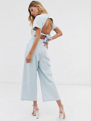 ASOS DESIGN Mellanblå jumpsuit i denim med knappar och bar rygg