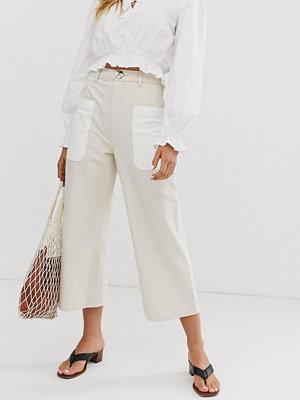 ASOS White Jeans med vida ben och kontrasterande påsydd lapp Écru