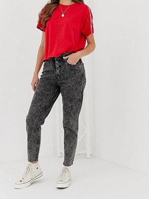 """Levi's I """"mom jeans""""-modell med synliga knappar Far fetched"""