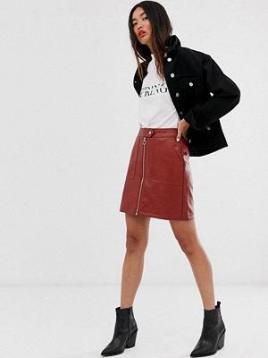 Only Texturerad kjol i läderimitation med dragkedja Guldbrun