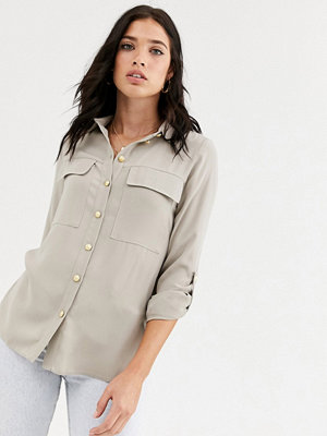 River Island Gräddvit satinskjorta med fickor i oversize Mörkt krämfärgad