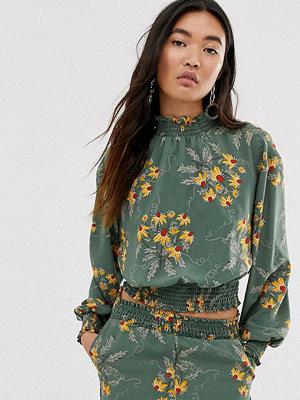 Monki Grön blommig crop top med hög krage