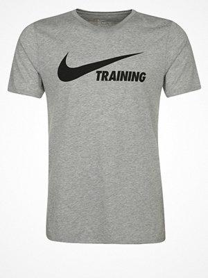Nike Performance WOOSH Tshirt med tryck dark grey heather/black