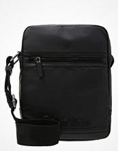 Väskor & bags - Calvin Klein REPORTER Axelremsväska black