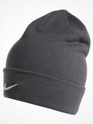 Mössor - Nike Sportswear SWOOSH BEANIE Mössa dark grey/metallic silver