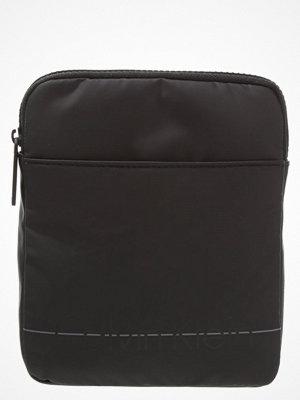 Väskor & bags - Calvin Klein LOGAN Axelremsväska black