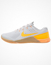 Sport & träningsskor - Nike Performance METCON 2 Aerobics & gympaskor wolf grey/bright citrus/medium brown