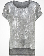 Only ONLPLEARL Tshirt med tryck silver