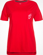 Nike Sportswear SIGNAL Tshirt bas university red/digital pink