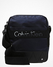 Väskor & bags - Calvin Klein MADOX Axelremsväska black