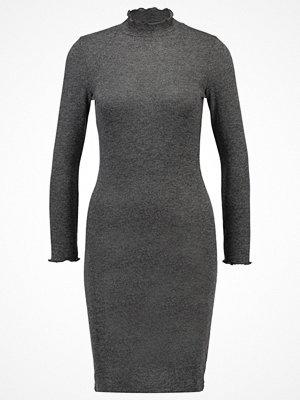 Only ONLBELLE Stickad klänning dark grey melange