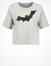 T-shirts - Noisy May NMBAT  Tshirt med tryck light grey melange