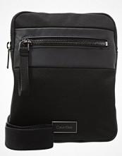 Väskor & bags - Calvin Klein LARS Axelremsväska black