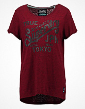 T-shirts - Superdry KEEP IT Tshirt med tryck deep ruby/blackened snowy