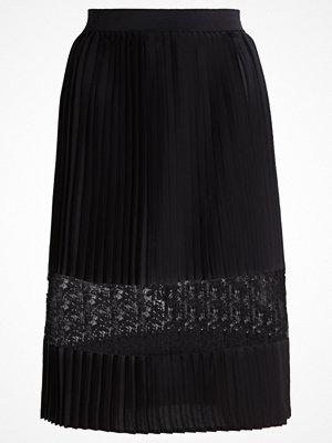 Only ONLMUSS Veckad kjol black