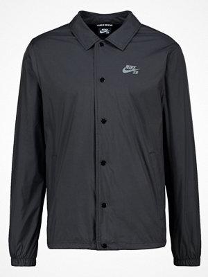 Nike Sb SHIELD COACHES Tunn jacka black/cool grey