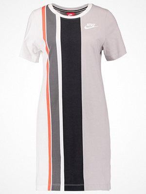 Nike Sportswear Jerseyklänning white/matte silver