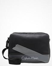 Väskor & bags - Calvin Klein COLE Axelremsväska black