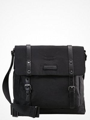 Väskor & bags - Joop! BELOS FLAP BAG V MEDIUM Axelremsväska black